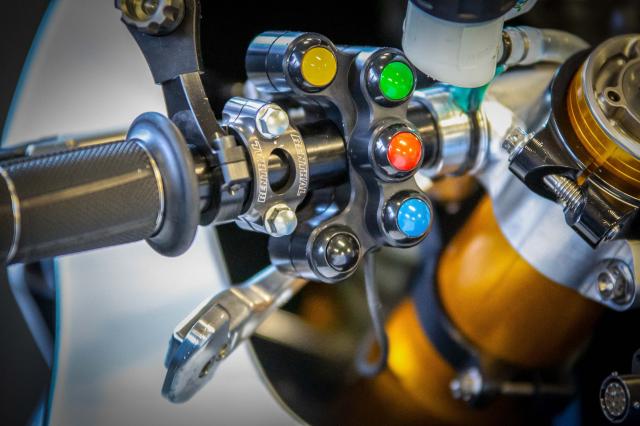 BMW Motorrad chinh thuc ra mat doi dua WSBK 2019 - 11
