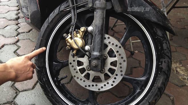 5 luu y khi su dung lop khong sam xe may hinh anh 3 Vành bị ăn mòn tại vị trí tiếp xúc với lốp khiến tác dụng làm kín hơi không còn nữa.